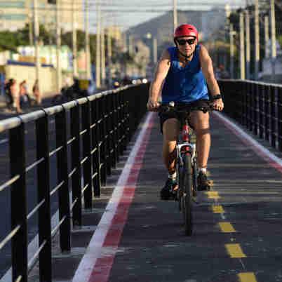 Data: 12/09/2019 - ES - Vitória - Ciclista passando pela nova ciclovia da Av Leitão da Silva, em Vitória - Editoria: Cidades - Foto: Ricardo Medeiros - GZ