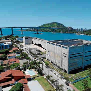Vista aérea das obras do Cais das Artes em Vitória.