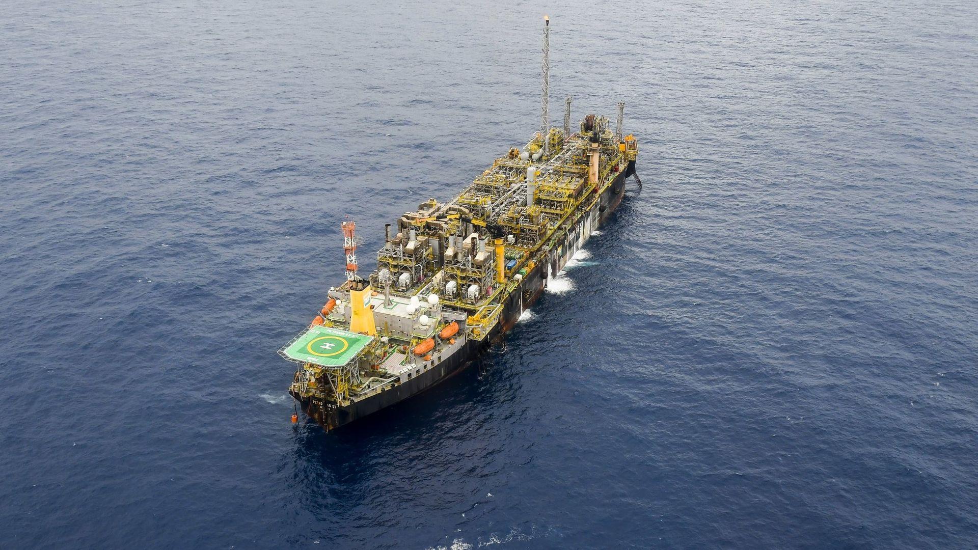 Vista aérea da P-57, que produz óleo e gás no Parque das Baleias, litoral Sul do ES