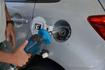 Tanque de gasolina de carro é abastecido