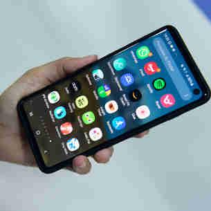 Pessoa com celular para usar aplicativos em seu dia a dia