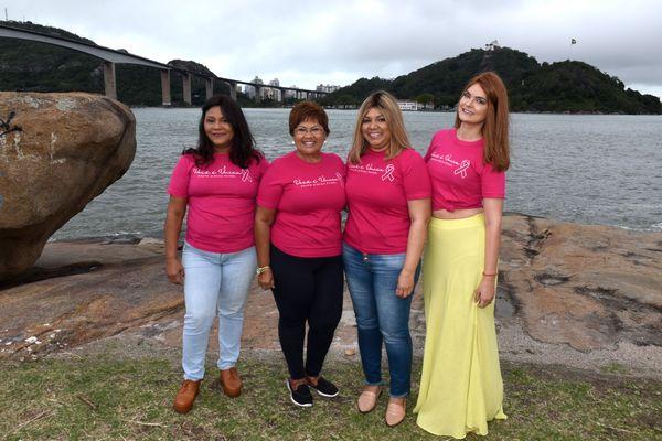 Marilene Machado, Larrubia, Rozana e Naira experimentam perucas durante a campanha do Outubro Rosa