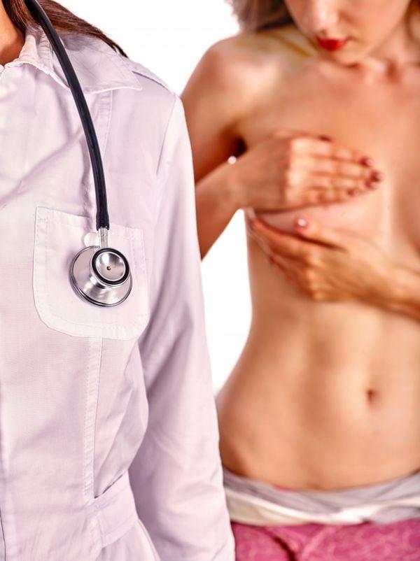 Mulher faz autoexame de câncer de mama. Crédito: Shutterstock/Arquivo A GAZETA