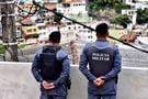 Policiais militares no local escolhido para ser a base da PM, que fica na entrada principal do Morro da Piedade