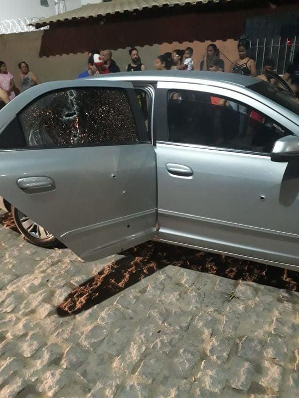 Carro de aplicativo atingido por tiros na Serra. Crédito: Internauta