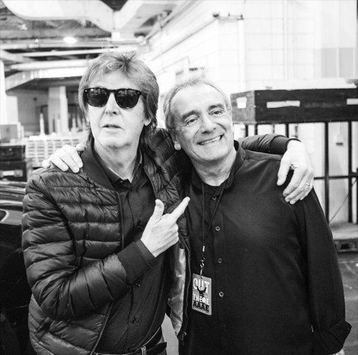 Paul McCartney ao lado de seu empresário Barrie Marshall, produtor internacional