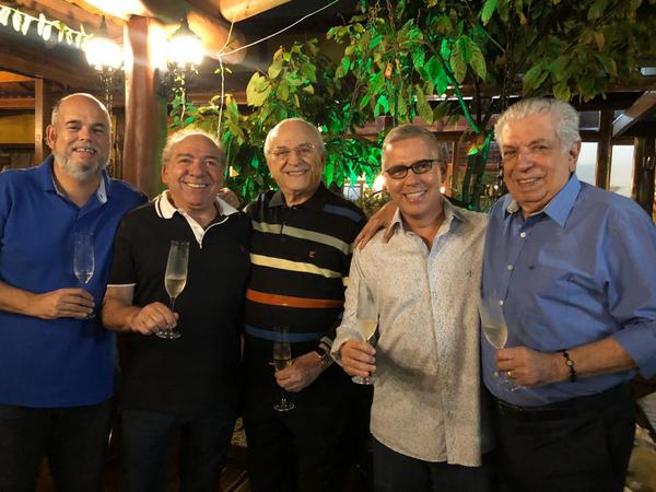 Jantar. Leonel Ximenes, o anfitrião Maely Coelho, Hélio Dórea, André Hees e Maurício Prates: brindando a amizade na Ilha do Frade. Crédito: Renata Rasseli