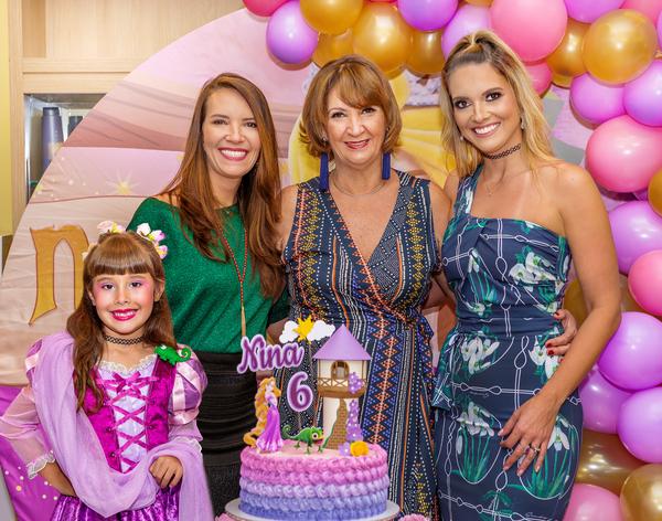 Parabéns pra você! Nelma, Renata e Denise Póvoa: celebrando os seis anos de Nina, com o tema Rapunzel.. Crédito: Márcia Monteiro