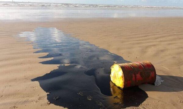Tonel de petróleo encontrado nas areias da Barra dos Coqueiros, em Sergipe. Crédito: Adema   Reprodução