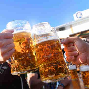 Brinde com cerveja na Oktoberfest, em Munique, Alemanha.
