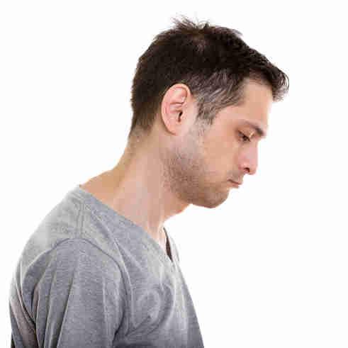 Homem com expressão de cansaço