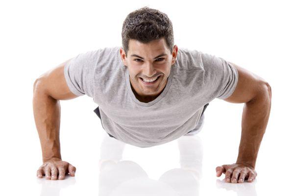 Exercícios calistênicos, feitos com o peso do próprio corpo, por exemplo, são bastante benéficos. Crédito: shutterstock