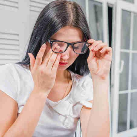 Mulher com problema nos olhos: como manter a saúde ocular