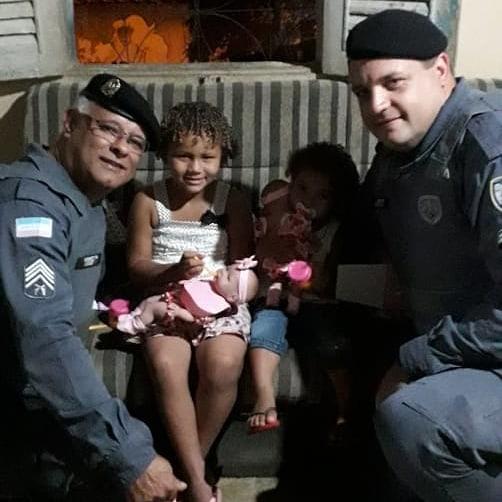 Policiais militares com as pequenas Emanuelly Vitória e Ana Luíza, em Colatina: surpresa. Crédito: Divulgação/Polícia Militar