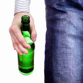 Homem segurando garrafa de bebida