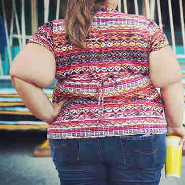 Mulher obesa andando na rua