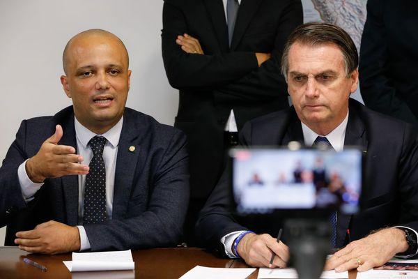 O líder do governo na Câmara dos Deputados, Major Vitor Hugo, e o presidente da República Jair Bolsonaro. Crédito: Alan Santos | PR