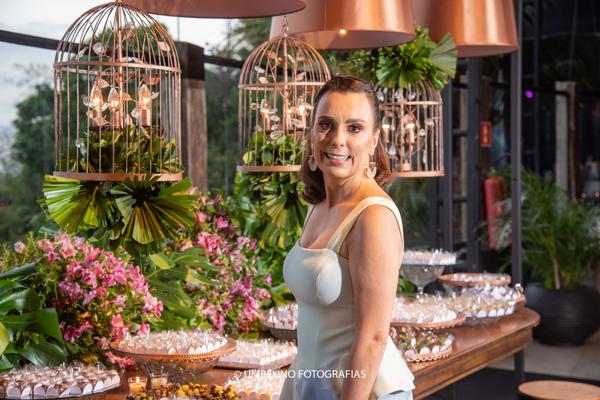 Parabéns pra você! A aniversariante Ana Paula Nascif em sua sunset party.. Crédito: Umbelino
