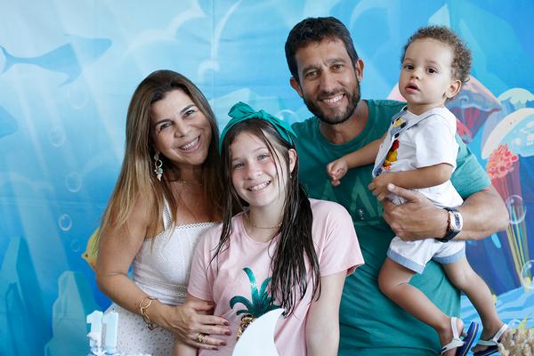 Família. Jacqueline e Sandro Pretti e os filhos Yasmin e Enzo: celebrando o amor!. Crédito: Elani Passos