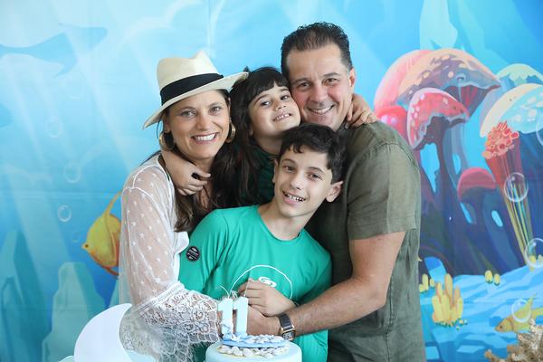 Feliz Aniversário! Talita de Pinho, Maya, Bruno de Pinho e o aniversariante Lucca: festa na Ilha do Frade. Crédito: Elani Passos