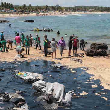 Mancha de óleo atinge 39 praias do litoral nordestino. A praia de Ponta dos Mangues, em Sergipe, foi uma delas.
