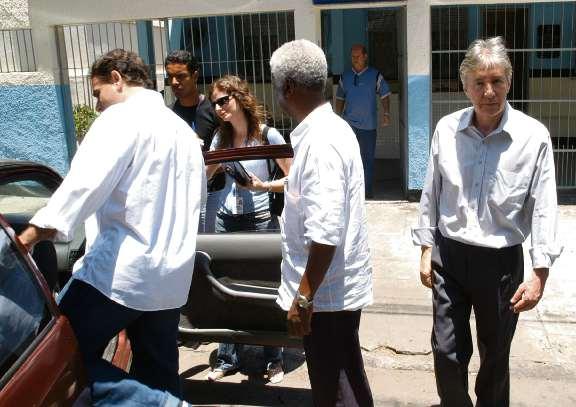 André Nogueira (entrando no carro) e ex-diretor e José Carlos Gratz (esquerda) saindodo no Fórum de Vitória, em 2006. Crédito: Ricardo Medeiros - 09/02/2006