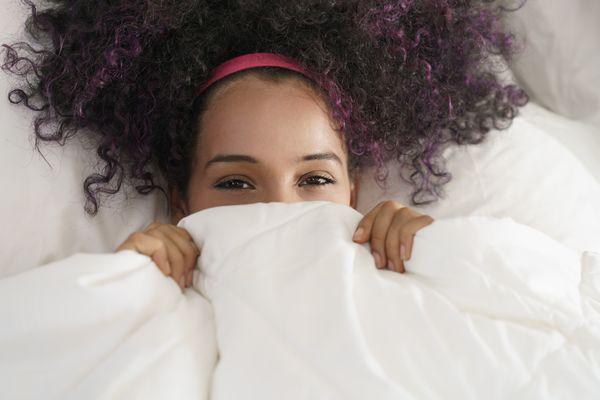 Mulher sob os lençóis: brinquedos sexuais fazem sucesso entre elas, principalmente os que garantem o orgasmo. Crédito: Shutterstock