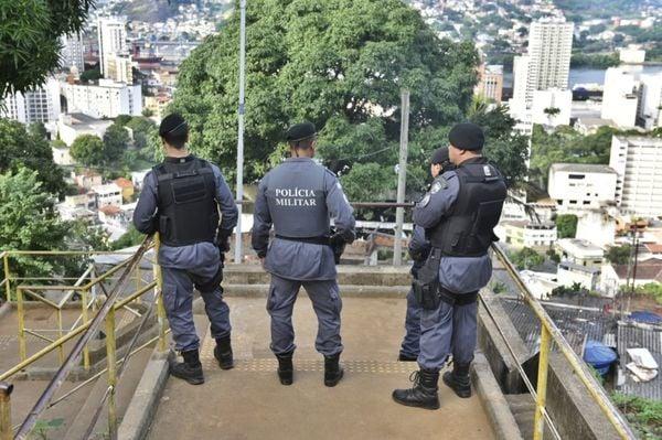Policiais militares fazem patrulhamento no Morro da Piedade. Crédito: Fernando Madeira