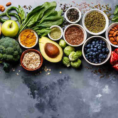 Alimentos saudáveis: grãos, frutas, legumes, e  verduras
