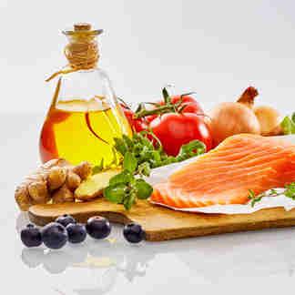 Alimentos saudáveis: grãos, leite, fruta, legumes, ovos, verduras, óleos, e peixe