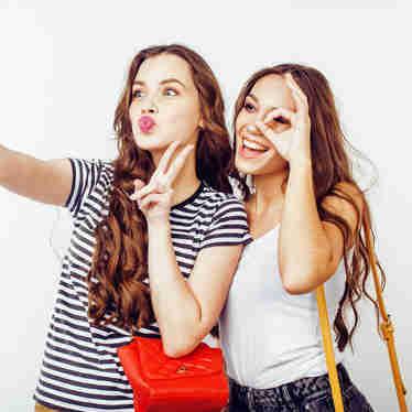 Mulheres fazendo selfie com o celular