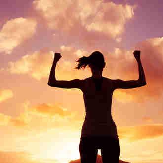 Vitória e poder: mulher forte, flexionando os músculos.