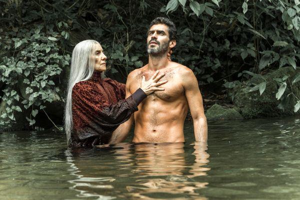 Haia (Cassia Kis) realiza ritual em Roman (Nikolas Antunes) em