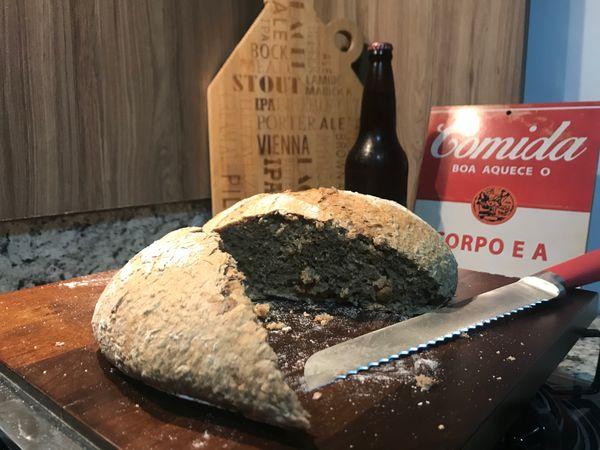 Pão cervejeiro feito com cerveja malzbier  e sobras de malte de cevada usados em brassagem. Crédito: Taynã Feitosa