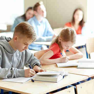 Crianças na escola estudando