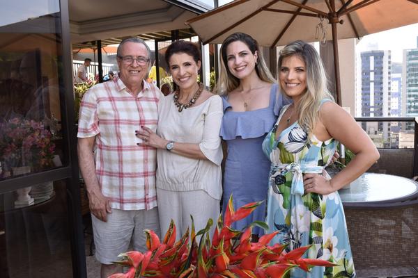 Feliz Aniversário! Emílio e Angela Mameri, Letícia Mameri e a aniversariante Deborah  Mameri Queiroz: parabéns pra você! /. Crédito:  Mônica zorzanelli