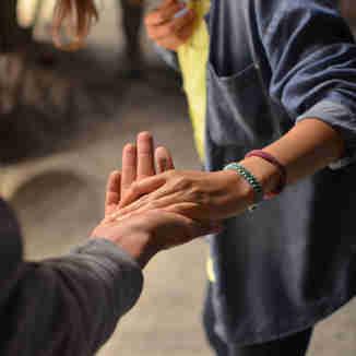 Pessoa ajudando a outra: solidariedade