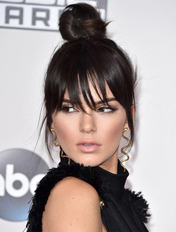 Kendall Jenner também entrou na moda do coque alto. Crédito: Pinterest