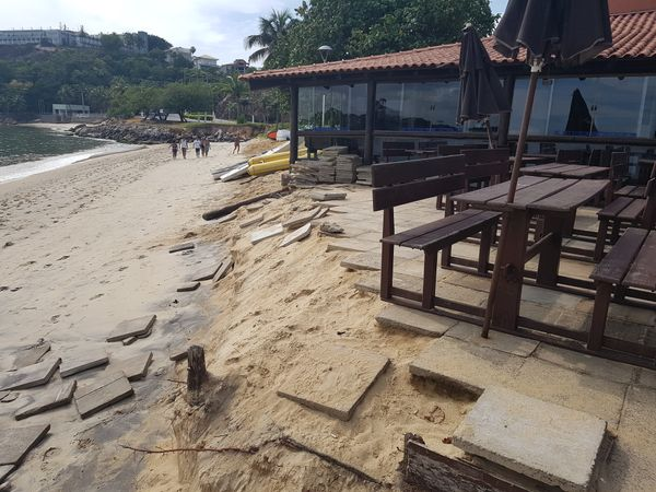 Quiosques afetados com o avanço do mar na praia da Curva da Jurema, em Vitória. Crédito: José Carlos Schaeffer