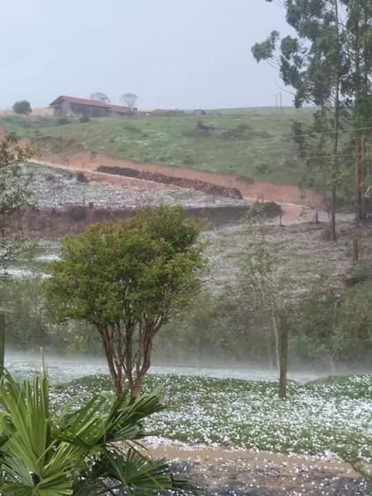Pedras de granizo cobrem região de Santa Maria de Jetibá. Crédito: Internauta via Whatsapp