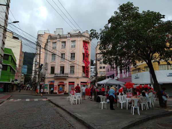Pessoas fazem festa na praça Costa Pereira para o ex-presidente Lula. Crédito: Sullivan Silva