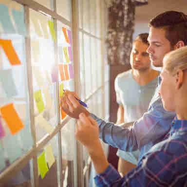 Jovens empresários criativos no escritório