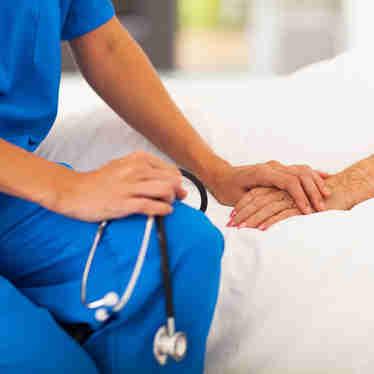 Médico prestando assistência a pessoa doente
