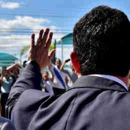 O ministro da Justiça e Segurança Pública Sérgio Moro deixa o Palácio Anchieta após reunião com o governador Renato Casagrande. À sua esquerda, na saída do palácio, a vice-governadora Jaqueline Moraes