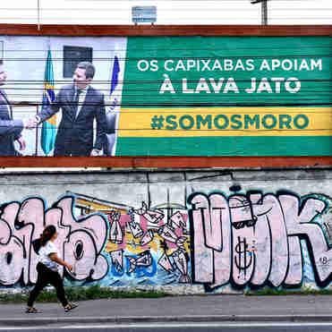 Outdoor no muro do estádio Kleber Andrade, em Cariacica, em apoio à Lava Jato estava na rota do ministro Sergio Moro