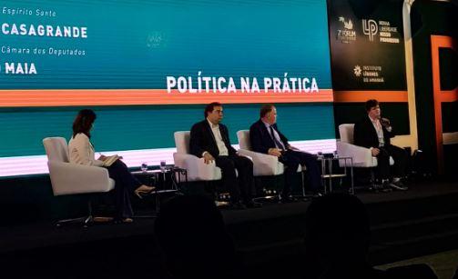 Rodrigo Maia ao lado de Renato Casagrande e Felipe Rigoni, em evento mediado por Beatriz Seixas. Crédito: Vinícius Valfré