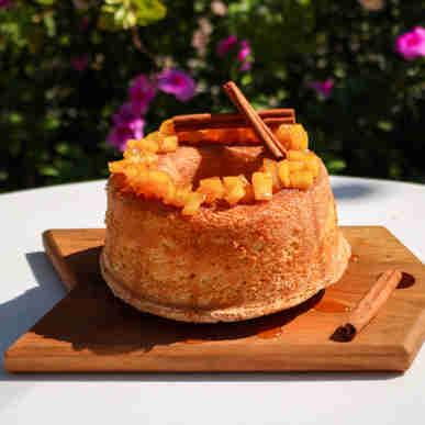 Bolo de maçã com canela decorado com maçãs caramelizadas.