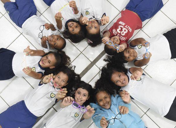 Crianças ganham óculos de projeto social em escola da Serra. Crédito: Vitor Jubini