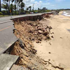 Em Meaípe, toda a estrutura da ciclovia e do acostamento foram destruídas pela ação do mar. DER mantém desvio no local
