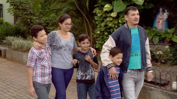 Osnel Carneiro veio da Venezuela com a esposa, Ana Pabon, e os três filhos, Álan, José e Santiago. Crédito: TV Gazeta/Reprodução